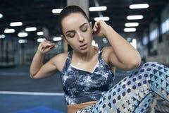 La giovane donna si esercita nell'allenamento sano dell'ABS di stile di vita della palestra Fotografie Stock