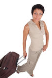 La giovane donna si leva in piedi con l'isolato di viaggio della valigia Fotografie Stock Libere da Diritti