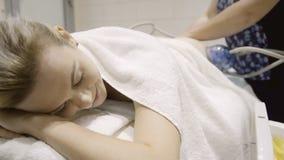 La giovane donna si trova sulla sessione del massaggio di vuoto alla clinica all'interno archivi video