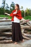 La giovane donna sopra collega la foresta immagine stock