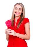 La giovane donna sorridente con cuore ha modellato la lecca-lecca su bianco Immagini Stock Libere da Diritti