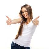 La giovane donna sorridente felice con i pollici aumenta il gesto Fotografia Stock