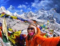 La giovane donna sorridente prende un selfie sul picco di montagna Kala Patth Immagine Stock