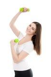 La giovane donna sorridente solleva le teste di legno colorate verde Fotografia Stock
