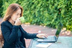 La giovane donna sorseggia il caffè fotografia stock libera da diritti