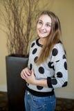La giovane donna sottile cerca con il sorriso Fotografia Stock
