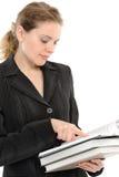La giovane donna specifica una barretta nel libro Immagini Stock Libere da Diritti
