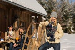 La giovane donna spende il cottage di manifestazione dell'inverno di festa Immagini Stock Libere da Diritti