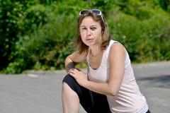 La giovane donna sportiva fa l'allungamento degli esercizi Immagine Stock