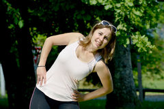 La giovane donna sportiva fa l'allungamento degli esercizi Fotografie Stock