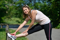 La giovane donna sportiva fa l'allungamento degli esercizi Fotografia Stock Libera da Diritti
