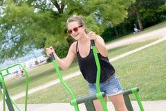 La giovane donna sportiva fa l'allungamento degli esercizi Immagini Stock Libere da Diritti