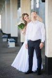La giovane donna sposata allegra chiude gli occhi per governare Immagine Stock Libera da Diritti