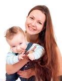La giovane donna sta abbracciando il suo bambino Immagini Stock
