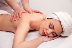 La giovane donna sta avendo un massaggio immagine stock libera da diritti