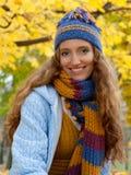 La giovane donna sta camminando nel legno di autunno Fotografie Stock Libere da Diritti