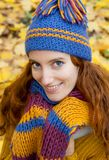 La giovane donna sta camminando nel legno di autunno Immagine Stock Libera da Diritti