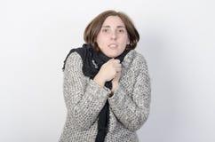 La giovane donna sta congelandosi Fotografia Stock