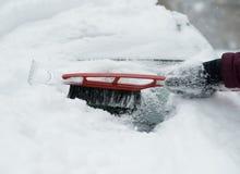 La giovane donna sta distruggendo la neve Immagine Stock