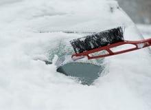 La giovane donna sta distruggendo la neve Fotografia Stock