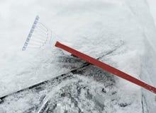 La giovane donna sta distruggendo la neve Fotografia Stock Libera da Diritti