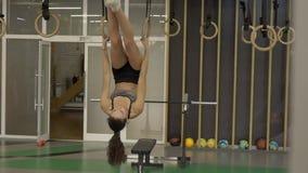 La giovane donna sta esercitandosi con i cicli in società polisportiva archivi video
