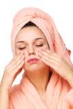 La giovane donna sta facendo il massaggio di fronte. Fotografia Stock Libera da Diritti
