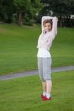 La giovane donna sta facendo l'addestramento di forma fisica Immagine Stock
