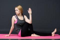 La giovane donna sta facendo l'allenamento di yoga Immagini Stock Libere da Diritti