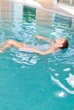 La giovane donna sta facendo l'yoga meditativa dell'acqua Immagine Stock