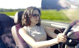 La giovane donna sta guidando Fotografie Stock Libere da Diritti