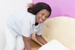 La giovane donna sta il letto immagini stock libere da diritti