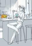 La giovane donna sta mangiando il yogurt Immagine Stock