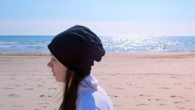 La giovane donna sta pareggiando sul pareggiatore del ritratto della spiaggia della sabbia di mare lo sport di funzionamento che  stock footage