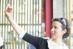 La giovane donna sta pensando Fotografia Stock Libera da Diritti