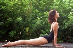 La giovane donna sta praticando l'yoga fotografie stock libere da diritti
