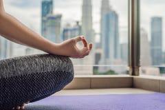 La giovane donna sta praticando l'yoga di mattina sul suo spirito del balcone Immagine Stock Libera da Diritti