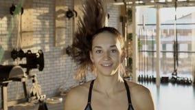 La giovane donna sta saltando con la corda nello studio di sport video d archivio