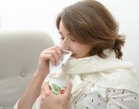 La giovane donna sta soffrendo da un freddo Fotografia Stock