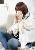 La giovane donna sta soffrendo da un freddo Fotografia Stock Libera da Diritti