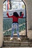 La giovane donna sta sulle scale di pietra fotografia stock