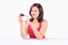 La giovane donna sta tenendo le chiavi dell'automobile Fotografia Stock Libera da Diritti