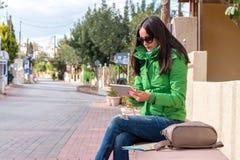 La giovane donna sta utilizzando un computer digitale della compressa Immagini Stock