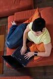 La giovane donna sta utilizzando un computer portatile Immagini Stock Libere da Diritti
