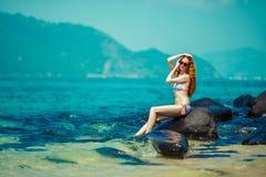 La giovane donna su una spiaggia in bikini Fotografie Stock