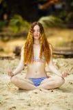 La giovane donna su una spiaggia in bikini Fotografia Stock