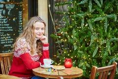 La giovane donna su una via di Parigi ha decorato per il Natale Immagini Stock