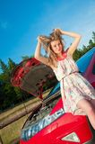 La giovane donna in sua automobile analizza Immagini Stock Libere da Diritti