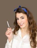 La giovane donna tiene la penna disponibila Fotografia Stock Libera da Diritti