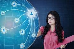 La giovane donna tocca l'icona della rete sociale Fotografia Stock